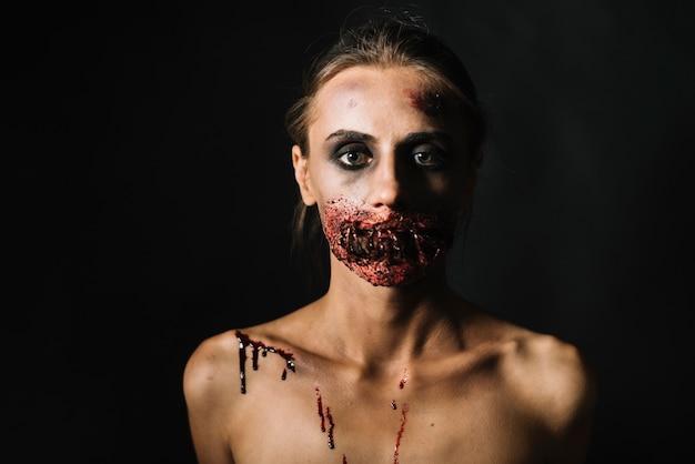 Mulher assustadora com cara danificada