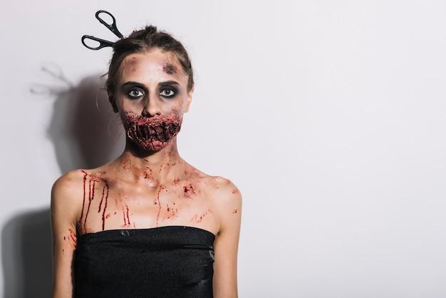 Mulher assustadora com grime assustador