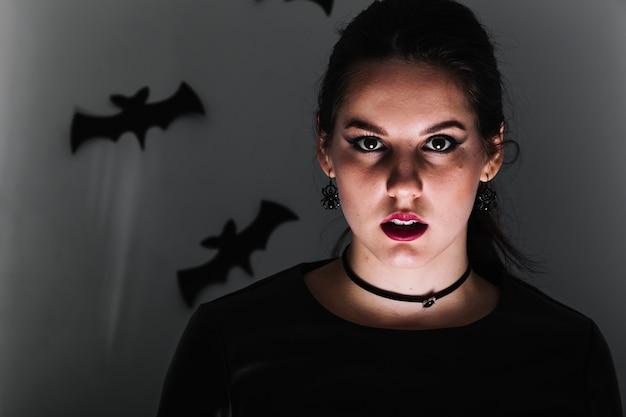 Mulher assustadora no quarto escuro