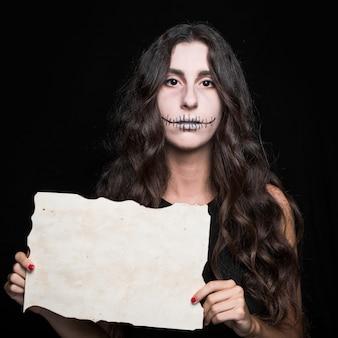 Mulher assustadora, segurando o papel