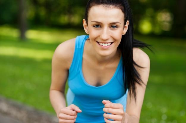 Mulher ativa correndo