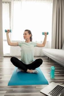 Mulher ativa, exercitando em casa