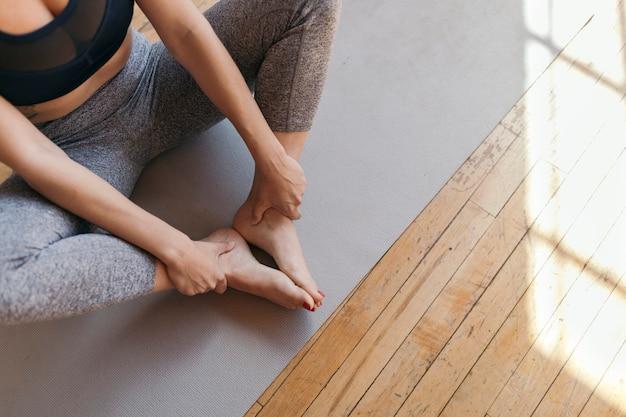 Mulher ativa fazendo ioga na sala