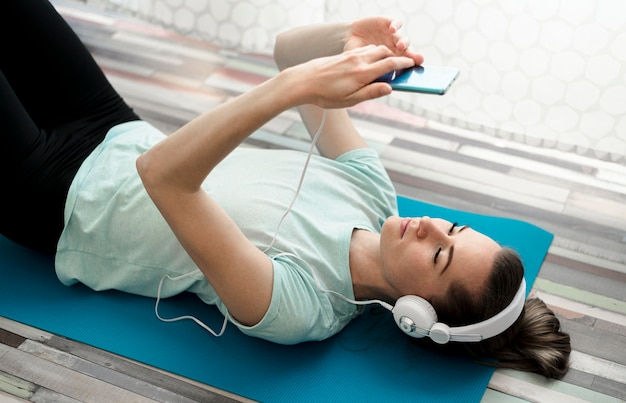 Mulher ativa, ouvindo música durante o exercício