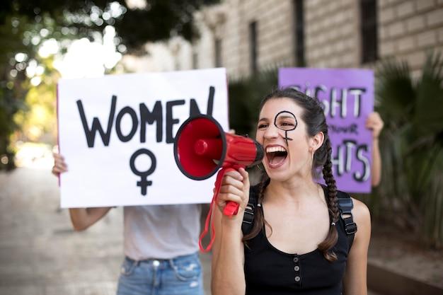 Mulher ativista protestando por seus direitos