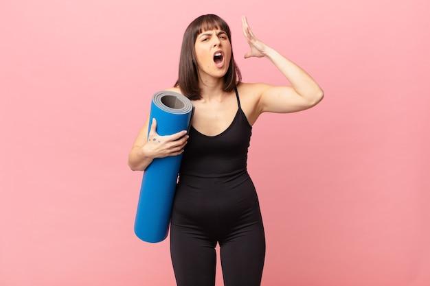 Mulher atleta gritando com as mãos ao alto, sentindo-se furiosa, frustrada, estressada e chateada