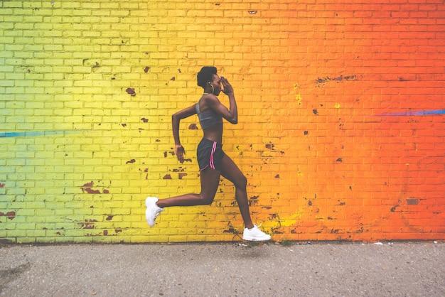 Mulher atleta treinando de manhã ao nascer do sol em new york city