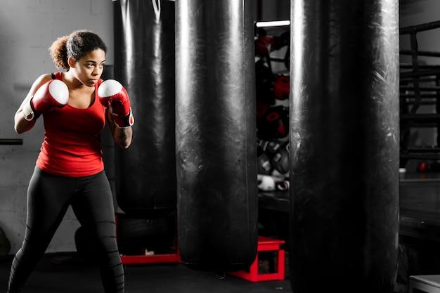 Mulher atlética boxe em um centro de treinamento