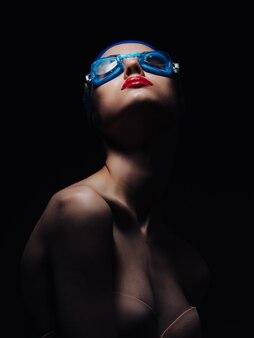 Mulher atlética com ombros nus e lábios vermelhos estúdio de treino