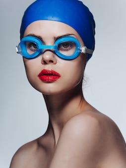 Mulher atlética com ombros nus lábios vermelhos profissional. foto de alta qualidade