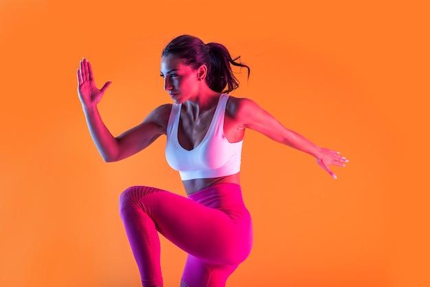 Mulher atlética com treino de fitness sportswear
