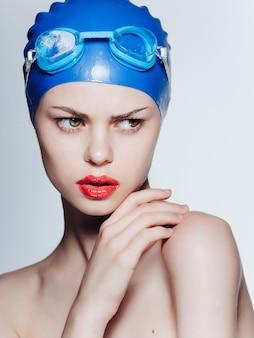 Mulher atlética em óculos de natação profissional