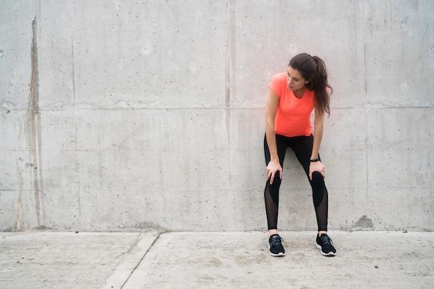 Mulher atlética em pausa do treino