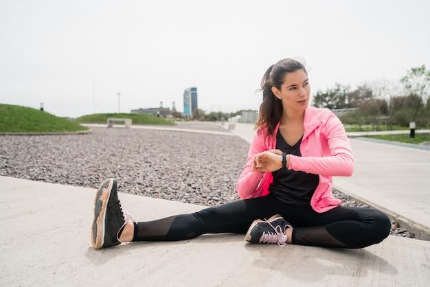 Mulher atlética esticando as pernas antes do exercício