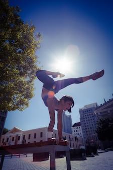 Mulher atlética executando pênaltis no banco
