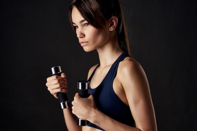 Mulher atlética musculação exercício corpo esguio exercício ginásio isolado fundo