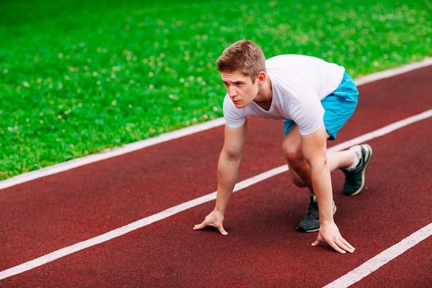 Mulher atlética na pista começando a correr. conceito de fitness saudável com estilo de vida ativo.