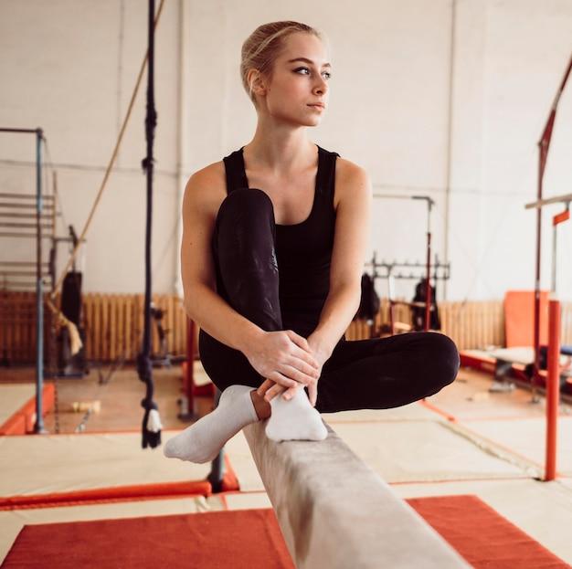 Mulher atlética relaxando após treino de ginástica