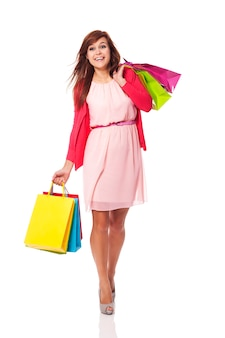 Mulher atraente andando com sacolas de compras