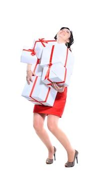 Mulher atraente animada com muitas caixas e sacos de presente.