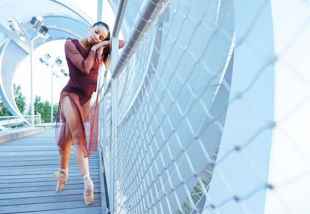 Mulher atraente bailarina latina, segurando sua cabeça