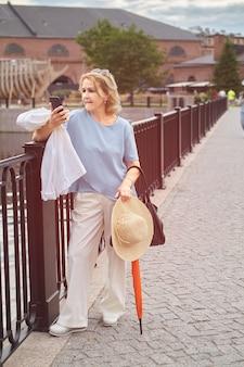 Mulher atraente caucasiana sênior com cerca de 60 anos está caminhando.