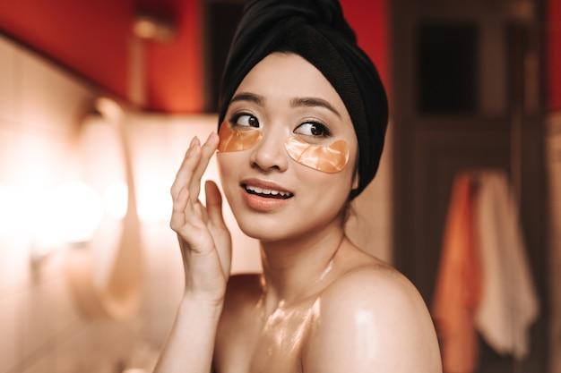 Mulher atraente coloca manchas embaixo dos olhos