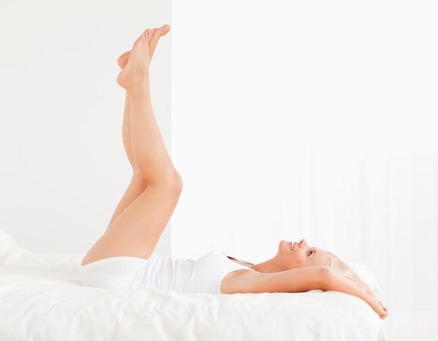 Mulher atraente com as pernas para cima