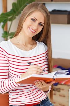 Mulher atraente com bloco de notas