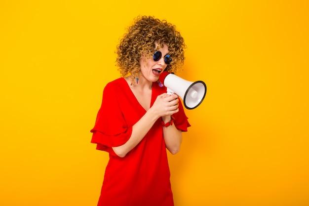 Mulher atraente, com cabelos cacheados com alto-falante