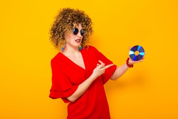 Mulher atraente com cabelos cacheados com disco