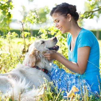 Mulher atraente com cachorro