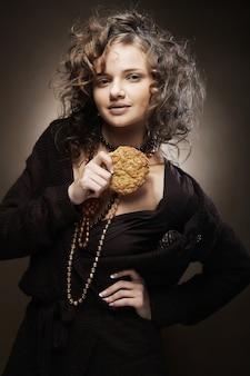 Mulher atraente com café e bolo