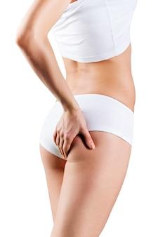 Mulher atraente com corpo perfeito verificando a celulite nas nádegas