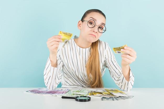 Mulher atraente com dinheiro e lupa