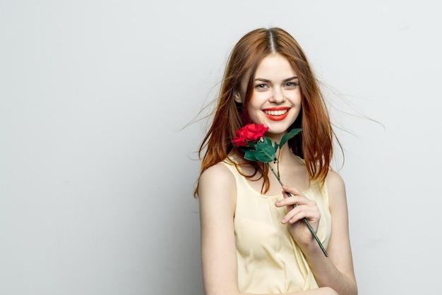 Mulher atraente com estilo de vida de sorriso charme de flor rosa.
