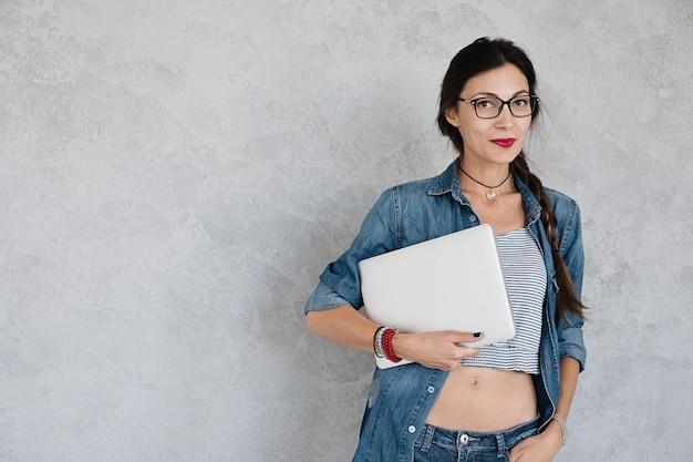 Mulher atraente com laptop