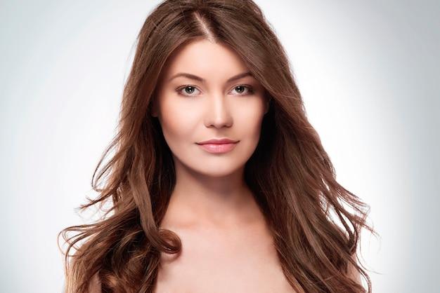 Mulher atraente com longos cabelos castanhos
