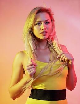 Mulher atraente com luzes brilhantes coloridas