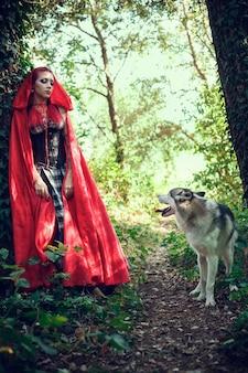 Mulher atraente com o cachorro