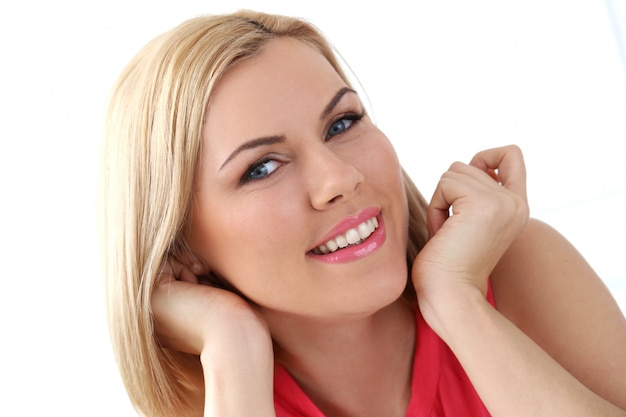 Mulher atraente com olhos azuis