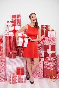 Mulher atraente com presente de natal