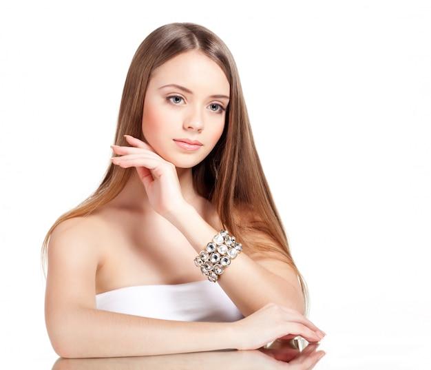 Mulher atraente com pulseira brilhante na mão dela