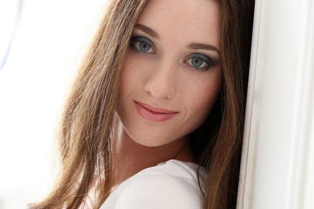 Mulher atraente com rosto bonito