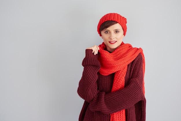 Mulher atraente com roupas de inverno