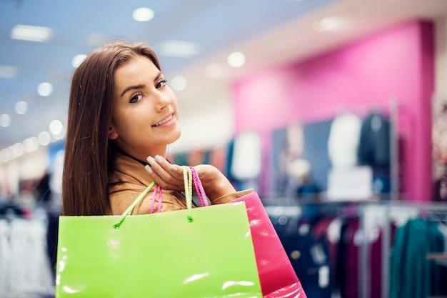 Mulher atraente com sacolas de compras