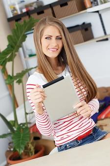 Mulher atraente com tablet