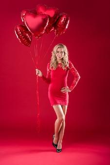 Mulher atraente com um monte de balões