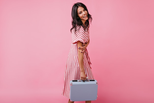 Mulher atraente com um sorriso branco como a neve encantador. retrato de jovem de bom humor com roupas cor de rosa.