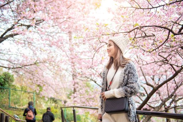 Mulher atraente curtindo com cherry blossom em matsuda, japão